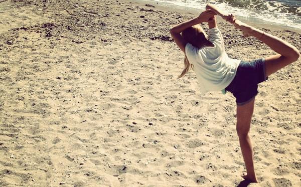 Kobieta ćwiczy na plaży wsłoneczny dzień