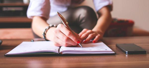 kobieta pisze planuje notec