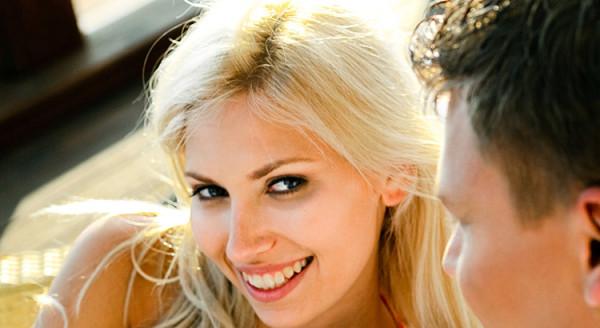 młoda kobieta flirtuje z mężczyzną