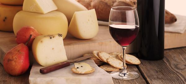 czerwone wino na desce serów
