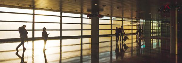 lotnisko w świetle promieni słonecznych