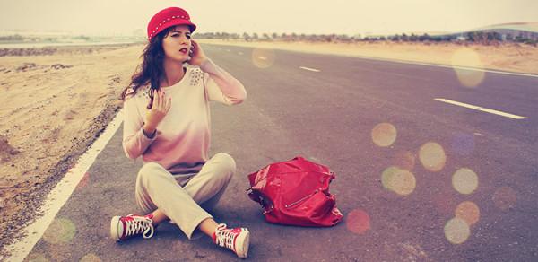 kobieta czerwony ubranie ulica sama pustynia