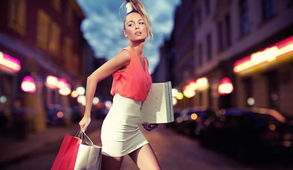 kobieta z torebkami na zakupach