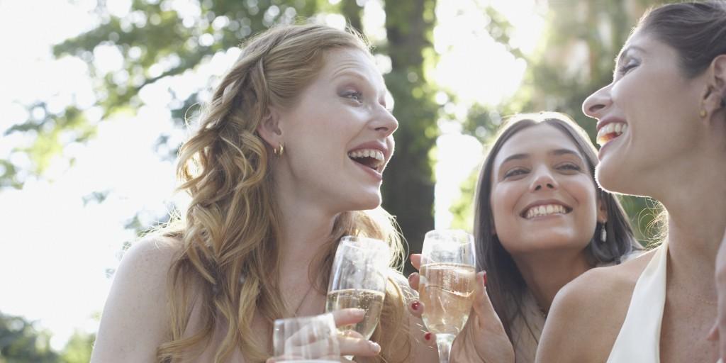 szczęśliwe i uśmiechnięte przyjaciółki razem