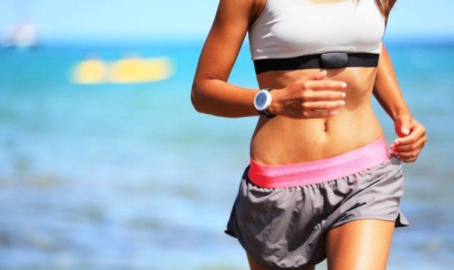 kobieta biegająca na plaży w słoneczny dzień