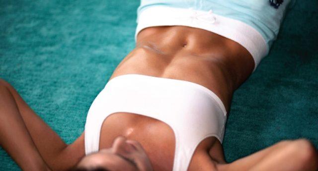 dziewczyna ćwiczy mięśnie brzucha