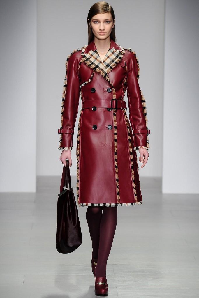 kobietya w czerwonym płaszczu