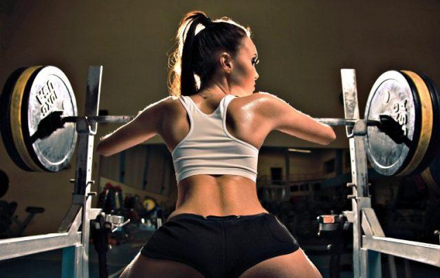 kobieta podnosząca cięzary na siłowni piękna