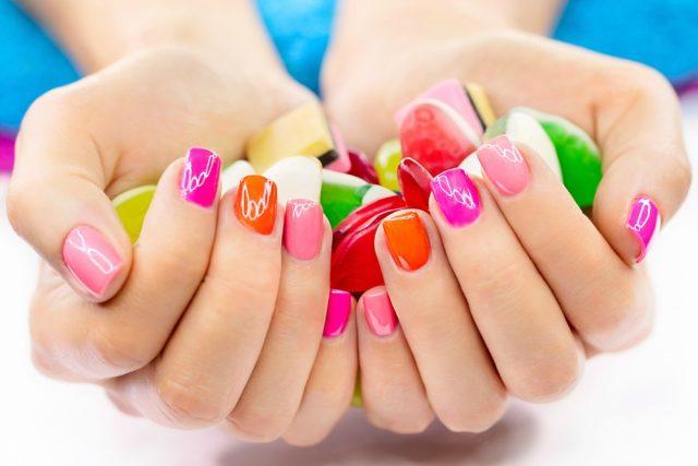 kobieta z ładnie pomalowanymi paznokciami u rąk
