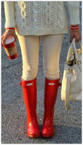 jasne spodnie i czerwone kalosze