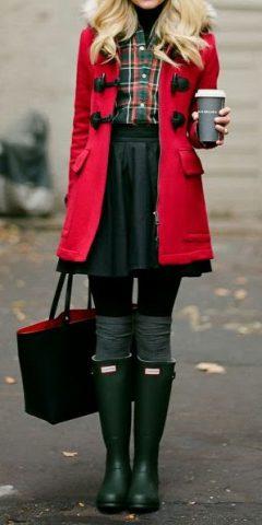 kalosze i czerwony płaszcz
