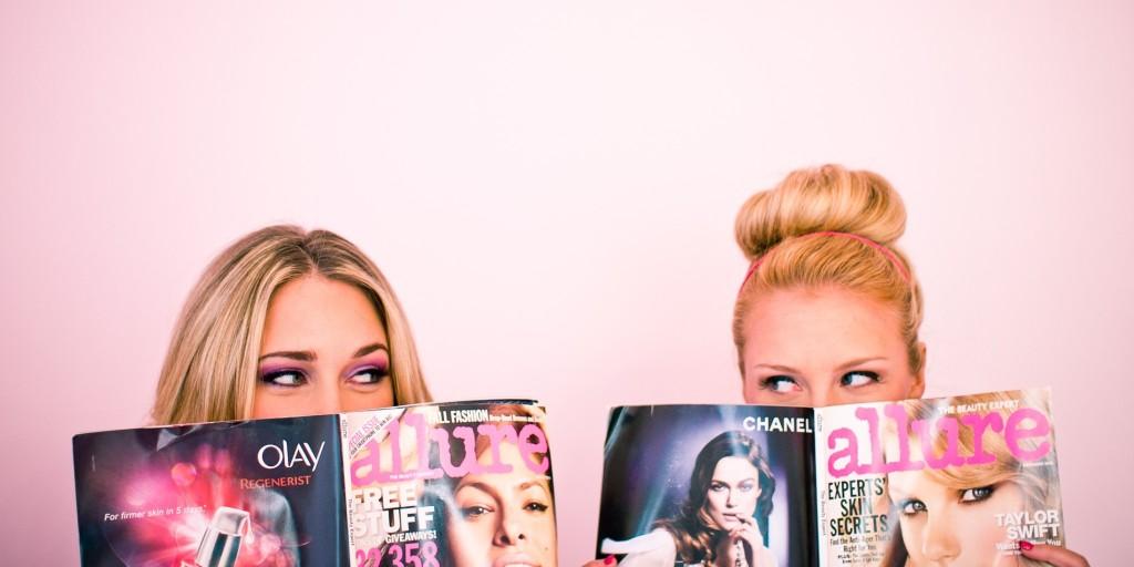 dziewczyny czytające gazetę w pokoju