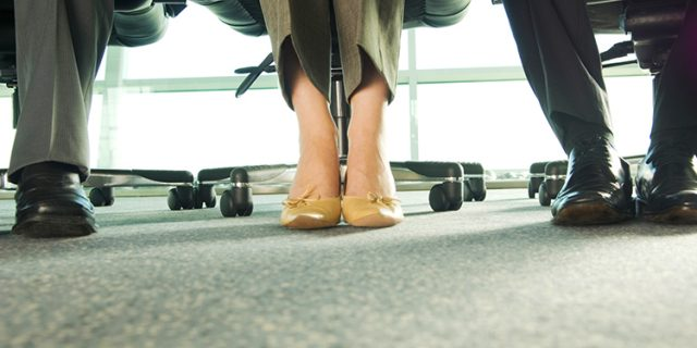 kobieta w stroju biznesowym w butach