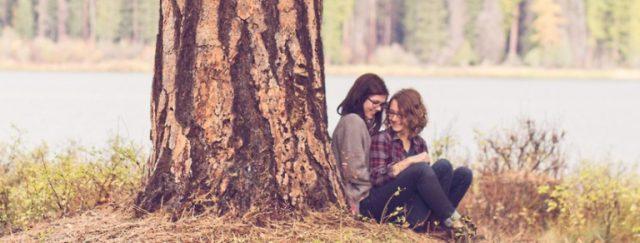 najlepsze przyjaciółki pod drzewem