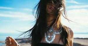 kobieta w bunatnych włosach na plaży piękna