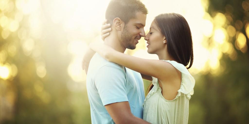 całujący się chłopak i dziewczyna