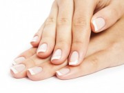 biale-plamy-na-paznokciach