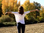 kobieta-oddychajaca-swiezym-powietrzem
