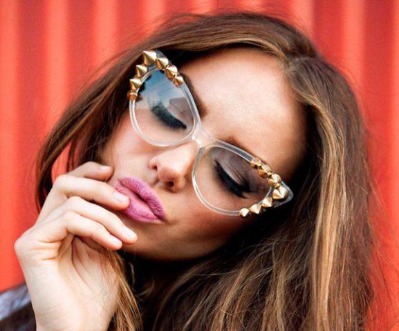 Kobieta w okularach i z kocim okiem różowymi ustami