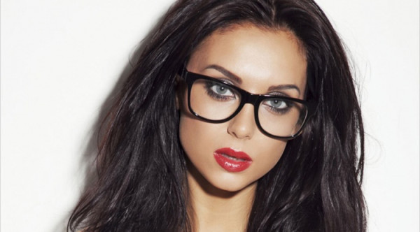kobieta w okularach z grubymi oprawkami i czerwonymi ustami