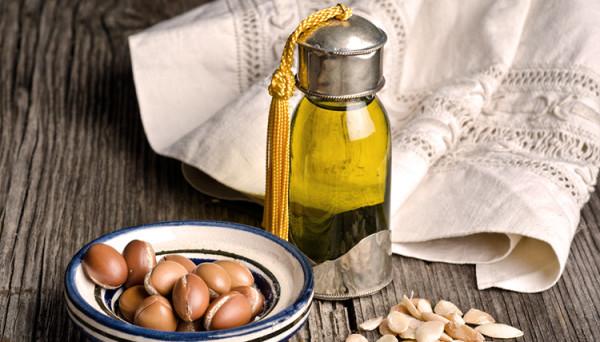 olejek arganowy na drewnie