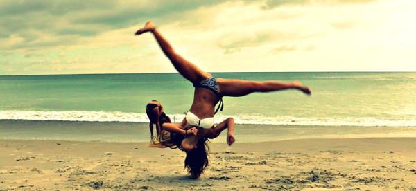 dziewczyna na plaży ćwiczy, biega, szczęśliwa