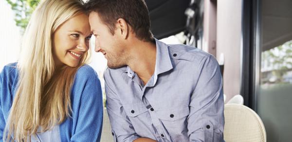 zakochani młodzi ludzie w kawiarni