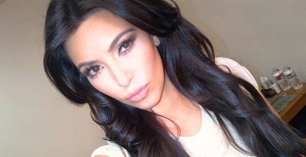 Kim Kardashian z różem na policzkach robi sobie słitfocie