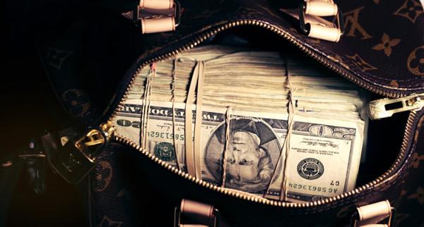 Pieniądze w torebce kobiecej LV