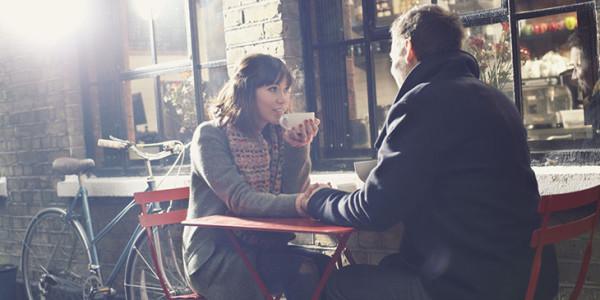 dwie zakochane osoby rozmawiają ze sobą pijąc kawę