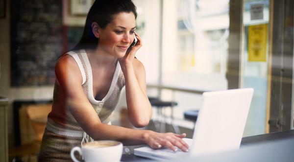 kobieta pracująca na laptopie w biznesie