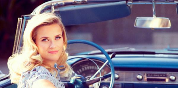 Reese Witherspoon w samochodzie podczas pięknej pogody i różowe usta