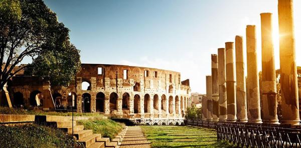 koloseum w rzymie w promieach słońca