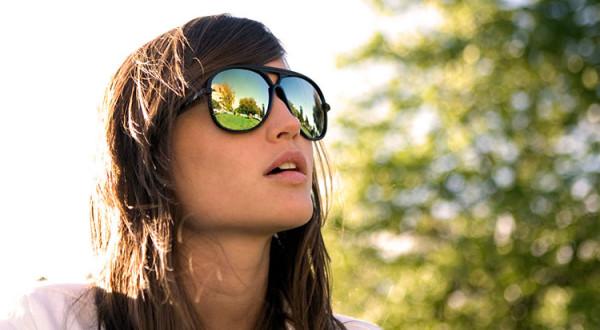 stylowa dziewczyna w olularach w promieniach słońca