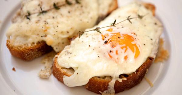 przepyszne jajka sadzone na chlebie