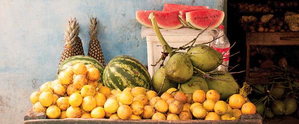owoce i ważywa na straganie na targu