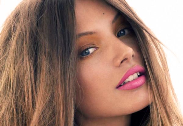 kobieta w różowych ustach z pomadka