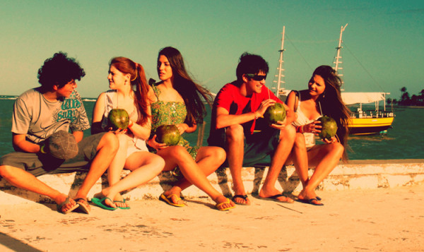 młodzi ludzie na plaży, przyjaciele