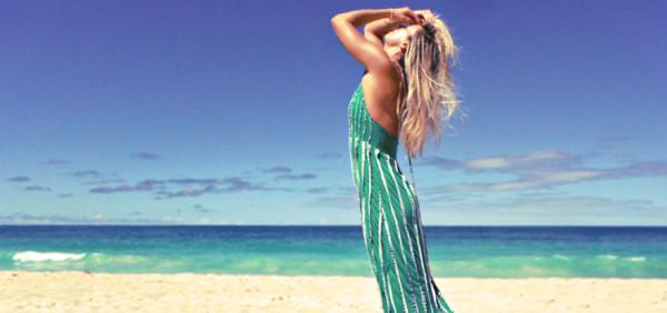 kobieda w długiej maxi sukience na plaży