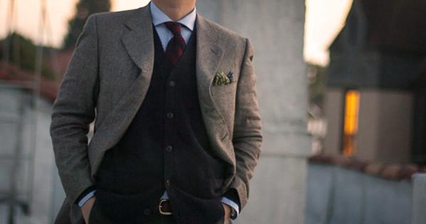 mężczyzna w garniturze po spotkaniu biznesowym