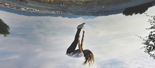 myślenie nieszablonowe, dziewczyna skacze nad ziemią