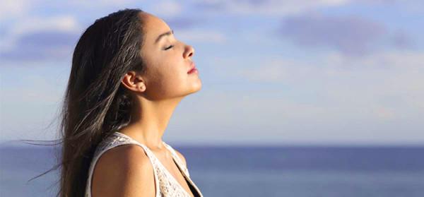 kobieta oddycha świerzym powietrzem