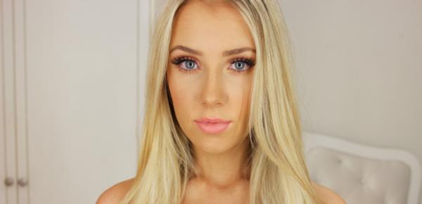 kobieta w ładnym makijarzu blondynka