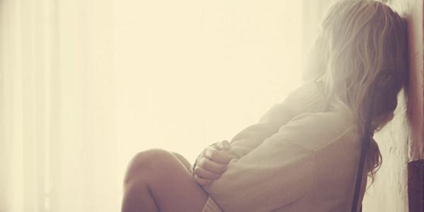 smutna kobieta siedzi na podłodze