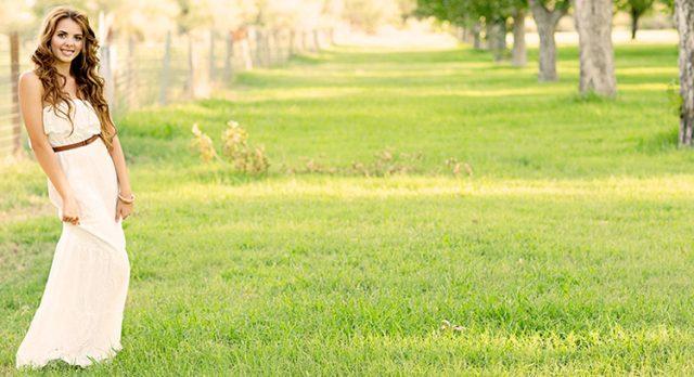 piękna kobieta w sukience maxi na trawie