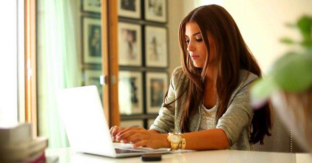 kobieta pracuje w biurze przy biórku