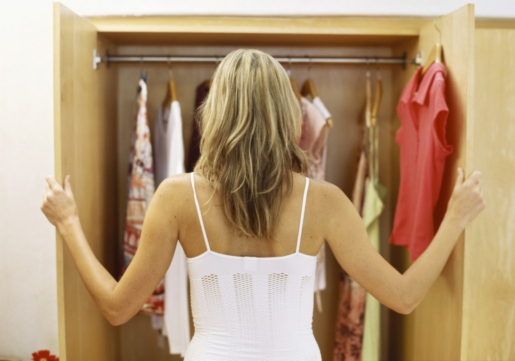 kobieta przeglądająca swoją garderobę