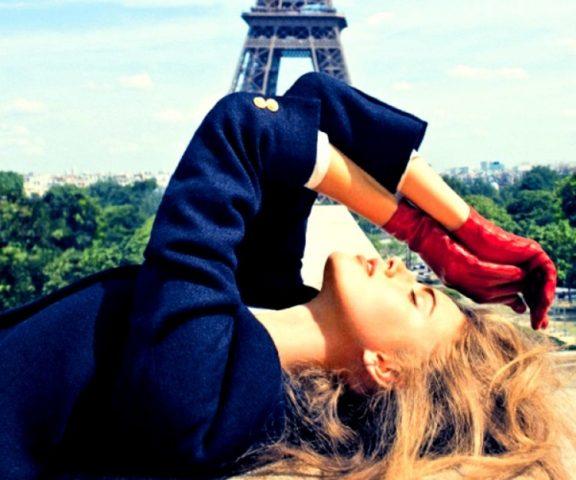 kobieta w paryżu przy wierzy
