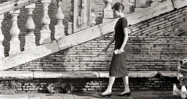 Audrey Hepburn spaceruje z psem