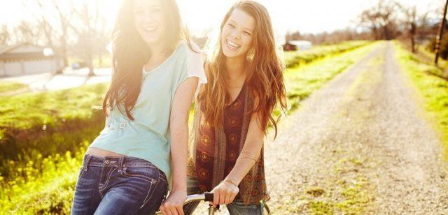 dwie szczęsliwe młode koleżanki na roweże